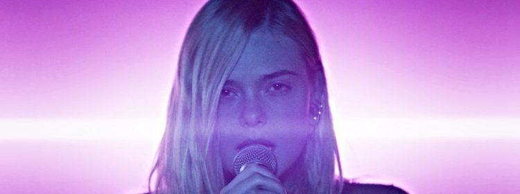 La bande-annonce d'esprit d'adolescent a elle Fanning chantant son coeur