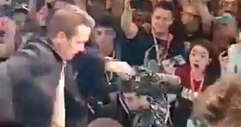 Regardez Ryan Reynolds presque écrasé au # CCXP19 par des fans excités