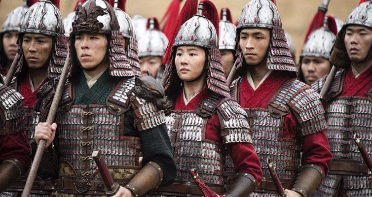 La star de Mulan, Liu Yifei, s'est sentie comme `` juste l'un des gars '' après avoir trompé son co-star masculin
