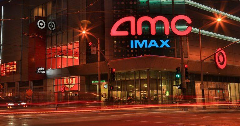 AMC Theatres lève près d'un milliard de dollars, éliminant la faillite imminente de la table