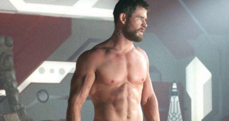 Chris Hemsworth se fait surprendre en train de montrer son Hulk Hogan Physique à l'état sauvage