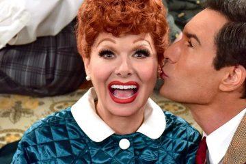 Debra Messing dit qu'elle est disponible pour jouer à Lucille Ball dans le biopic I Love Lucy
