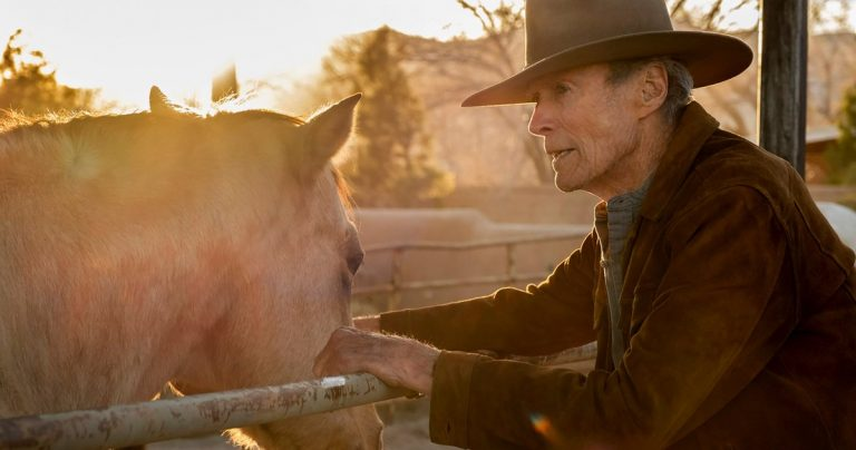 Clint Eastwood est une star de rodéo délavée lors d'un voyage inattendu