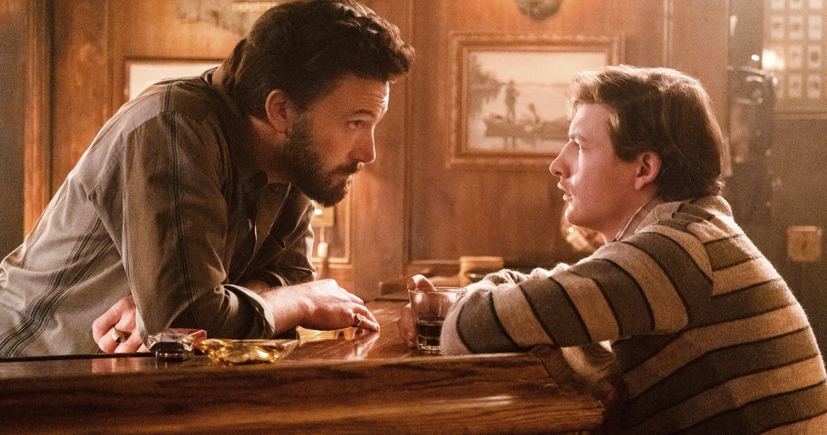 Le premier regard du Tender Bar révèle Ben Affleck et Tye Sheridan dans le nouveau drame de George Clooney