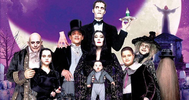 Le directeur de la famille Addams réfléchit au casting de Raul Julia et Anjelica Huston 30 ans plus tard